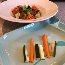 Baby-led Weaning Abendessen. Falafel mit Salat für die Großen. Zucchini und Karotte für den Kleinen.