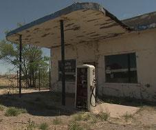 ガソリンスタンドの廃墟