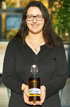 Anna von Antigone Genuss mit Antigone griechisches Olivenöl in den Händen