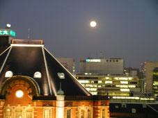東京駅丸の内口上空に懸かる満月