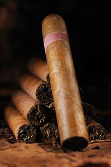 Zigarren gelten als Luxussymbol und besiegeln oft einen Geschäftsabschluss; © istock.com/KieselUndStein
