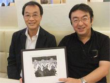 企業再生のプロ、田中 純さん(右)と原田。毎日新聞で連載された「劉邦」(宮城谷昌光・作)の第一話への提供作品を手に。