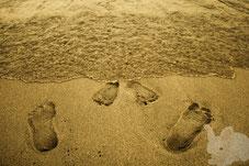 Отпечатки ног снежного человека и хоббита на пляже Нова Икария
