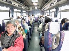 バスで出発!