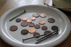 1. Münzen und Nägel besorgen