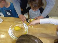 3. Zitrone schälen (mit Hilfe)