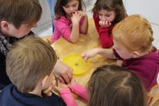 4. Münzen & Nagel in den Zitronensaft legen ...