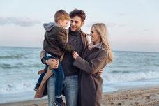Familie mit Kind am Meer