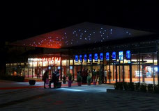 Bâtiment du multiplexe cinéma qui voisine avec le musée Soulages