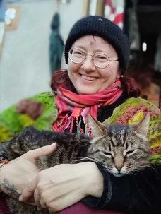 Susanne Solveigsdotter mit Katze in Ängsbäcka, Schweden, 2019