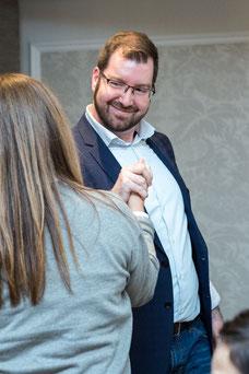 Photo d'une poignée de mains entre collègues durant une consolidation d'équipe de Tourisme Montréal par Marie Deschene photographe pour Pakolla