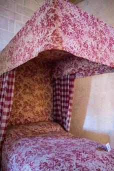 Lit à la duchesse du 19ième siècle au musée du Donjon de Niort Région Nouvelle-Aquitaine France Europe photo intérieure avec tissu rouge rose par Marie Deschene photographe Pakolla