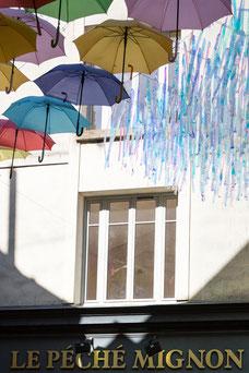 Art parapluies multicolores au centre-ville de Laon fortifications dans l'Aisne Région des Hauts-de-France France Europe photo extérieure été par Marie Deschene photographe Pakolla