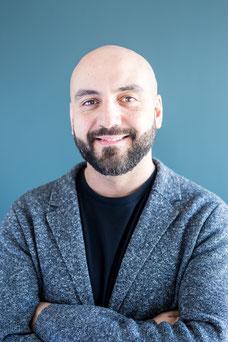 Portrait corporatif d'un homme professionnel dirigeant d'une PME en lumière naturelle de Montréal photo prise par Marie Deschene photographe pour Pakolla