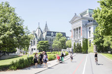 Vélo qui passe sur le campus McGill et devant le musée Redpath dans le Quartier Le Mille carré doré pendant l'été à Montréal photo prise par Marie Deschene photographe pour Tourisme Montréal