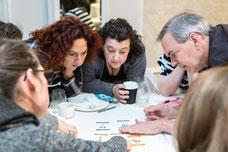 Un employé explique les cartes et leur signification au reste de l'équipe pendant une journée de team building de Tourisme Montréal par Marie Deschene photographe pour Pakolla