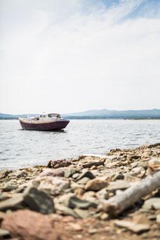 Photo été lac bateau plage galets Gaspésie Québec Canada par Marie Deschene photographe Pakolla