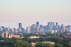 Skyline du centre-ville de Montréal pendant le coucher du soleil durant l'été photo prise par Marie Deschene pour Pakolla