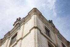 Détails d'un angle d'un vieux bâtiment français avec de la vieille pierre photo prise par Marie Deschene photographe pour Pakolla