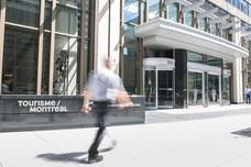 Photo de l'extérieur en été des bureaux de Tourisme Montréal au centre-ville par Marie Deschene pour Pakolla