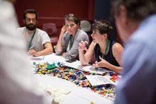 Une participante explique la réflexion de son groupe pendant un atelier organisé par le Forum régional sur le développement social de l'île de Montréal FDRSIM photo de Marie Deschene Pakolla