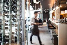 Un serveur en action au restaurant Accords Le Bistro sur Sainte-Catherine au centre-ville de Montréal photo prise par Marie Deschene photographe pour Tourisme Montréal