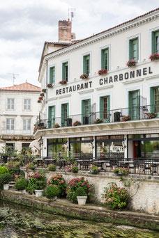 Restaurant Charbonnel sur le bord de la Dronne à Brantôme en Périgord Dordogne Région Nouvelle-Aquitaine France Europe photo été par Marie Deschene photographe Pakolla