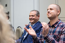 Deux hommes applaudissent à la fin d'une conférence pendant le Congrès Quartier des affaires du Québec CQAQ à Laval photo par Marie Deschene pour Pakolla