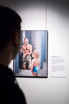 """Photo de l'exposition photos """"Papas / Swedish Dads"""" de Johan Bävman à la Place des Arts de Montréal pendant le Festival FIKAS par Marie Deschene Pakolla"""