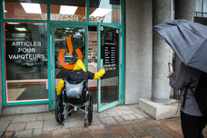 Photo reportage visite des commerces du centre-ville de Montréal par OnRoule.org pour valider l'accessibilité à tous par Pakolla Marie Deschene