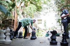 Un participant joue aux échecs avec un autre pendant un pause du congrès organisé par le Forum régional sur le développement social de l'île de Montréal FDRSIM photo de Marie Deschene Pakolla