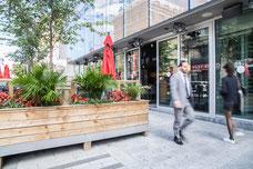 Belle terrasse en bois du restaurant Accords Le Bistro sur Sainte-Catherine au centre-ville de Montréal photo prise par Marie Deschene photographe pour Tourisme Montréal