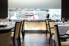 Photo de la salle et de la cuisine du restaurant Renoir du Sofitel au centre-ville de Montréal par Marie Deschene pour Tourisme Montréal