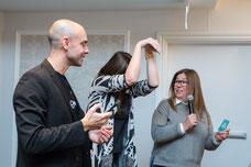 Deux collègues expliquent leur réflexion et une mime le serpent au reste de l'équipe pendant une journée de team building de Tourisme Montréal par Marie Deschene photographe pour Pakolla