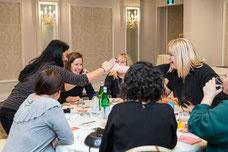 Photo d'une table pendant un team-building ou une consolidation d'équipe de Tourisme Montréal prise par Marie Deschene photographe chez Pakolla