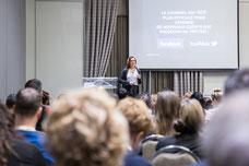Photo d'une conférencière pendant le Congrès du Quartier des Affaires du Québec CQAQ par Marie Deschene