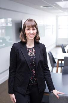 Photo portrait corporatif femme blanche professionnelle debout en veston directrice adjointe Émilie Chabot au Conseil des arts de Montréal Canada par Marie Deschene photographe Pakolla