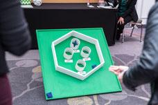 Une participante joue au jeu de poche au stand de Desjardins pour gagner un rabais pendant la journée internationale de la femme événement organisé par Réseau des Femmes d'affaires du Québec RFAQ à Laval photo prise par Marie Deschene photographe