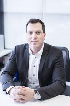 Portrait corporatif homme blanc Jean-Philippe avocat en droit des affaires Laval photo par Marie Deschene photographe Pakolla