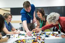 Trois participants construisent ensemble leur concept pendant un atelier organisé par le Forum régional sur le développement social de l'île de Montréal FDRSIM de Marie Deschene photographe corporatif pour Pakolla