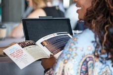 Livret sur le détail des conférences et panels de discussions de Texas Lyceum dans les mains d'une participante photo prise par Marie Deschene