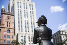 Sculpture Le caniche français de dos sur la Place d'armes dans le Vieux-Montréal photo prise par Marie Deschene photographe pour Tourisme Montréal