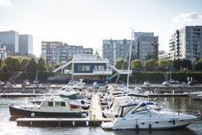 La marina dans le Vieux-Montréal avec des bateaux accostés au port avec les immeubles en arrière photo prise par Marie Deschene pour Pakolla