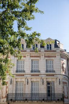 Photo d'un immeuble en pierre dans la ville de Niort en France prise par Marie Deschene photographe pour Pakolla