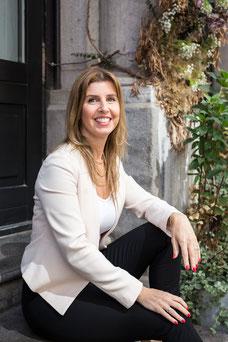 Photo portrait corporatif femme blanche cheveux longs blonds d'affaires Martine est Présidente directrice générale (PDG) d'une compagnie en marketing spécialisée en stratégie de marque, Pür7 Marketing inc. par Marie Deschene - Pakolla