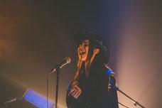 Concert de la chanteuse Kroy au Centre PHI à Montréal pendant le Festival FIKAS de 2019 à la Place des Arts de Montréal photo prise par Marie Deschene photographe
