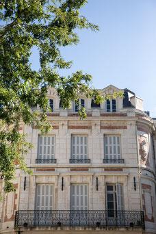 Immeuble en pierre avec lumière soleil et arbre vert en été Niort Marais Poitevin Région Nouvelle-Aquitaine France Europe photo par Marie Deschene photographe Pakolla