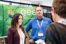 Deux employés de Geep discutent avec une cliente potentielle pendant le Congrès Quartier des Affaires du Québec CQAQ de Laval photo prise par Marie Deschene pour Pakolla