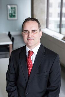 Portrait photo de Pierre homme blanc à lunettes architecte en gestion intégrée des documents (GID) chez Autorité des marchés publics par Marie Deschene - Pakolla