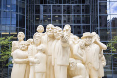Sculpture La Foule illuminée de Raymond Mason au centre-ville de Montréal photo prise par Marie Deschene photographe pour Tourisme Montréal